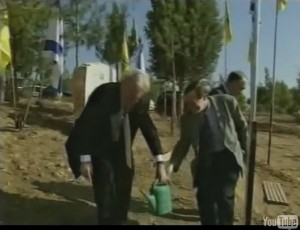 Ari Lipinski and German MP NRW Johannes Rau planting an olive tree near Beer Scheba 1999