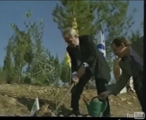 Ari Lipinski with German NRW MP Johannes Rau planting an olive tree near Beer Sheba